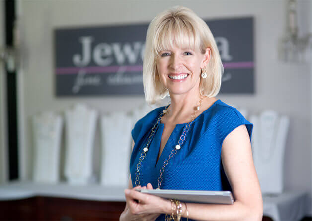 Julie, Owner and founder of Jewelya Fine Chains and Gemstones